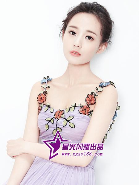 李一桐拍摄最新写真 紫色长裙俏皮可爱